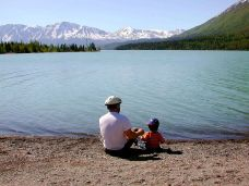 800px-Fathers_day_father_with_kid_on_lake